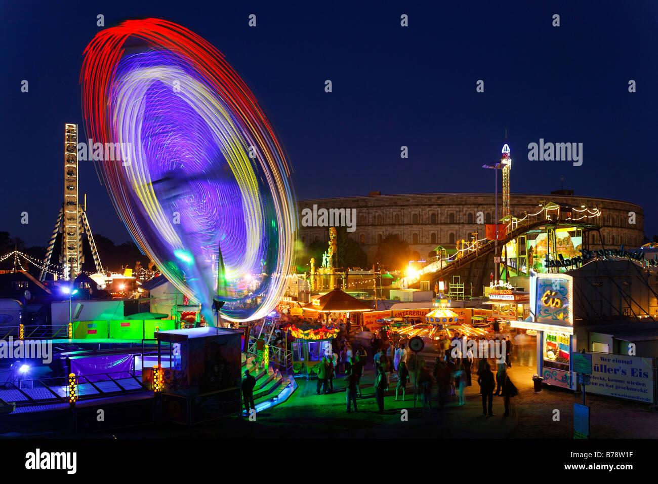 Carousel, automne folk Festival, festival de printemps dans la soirée sur le parti nazi rally motif devant Photo Stock