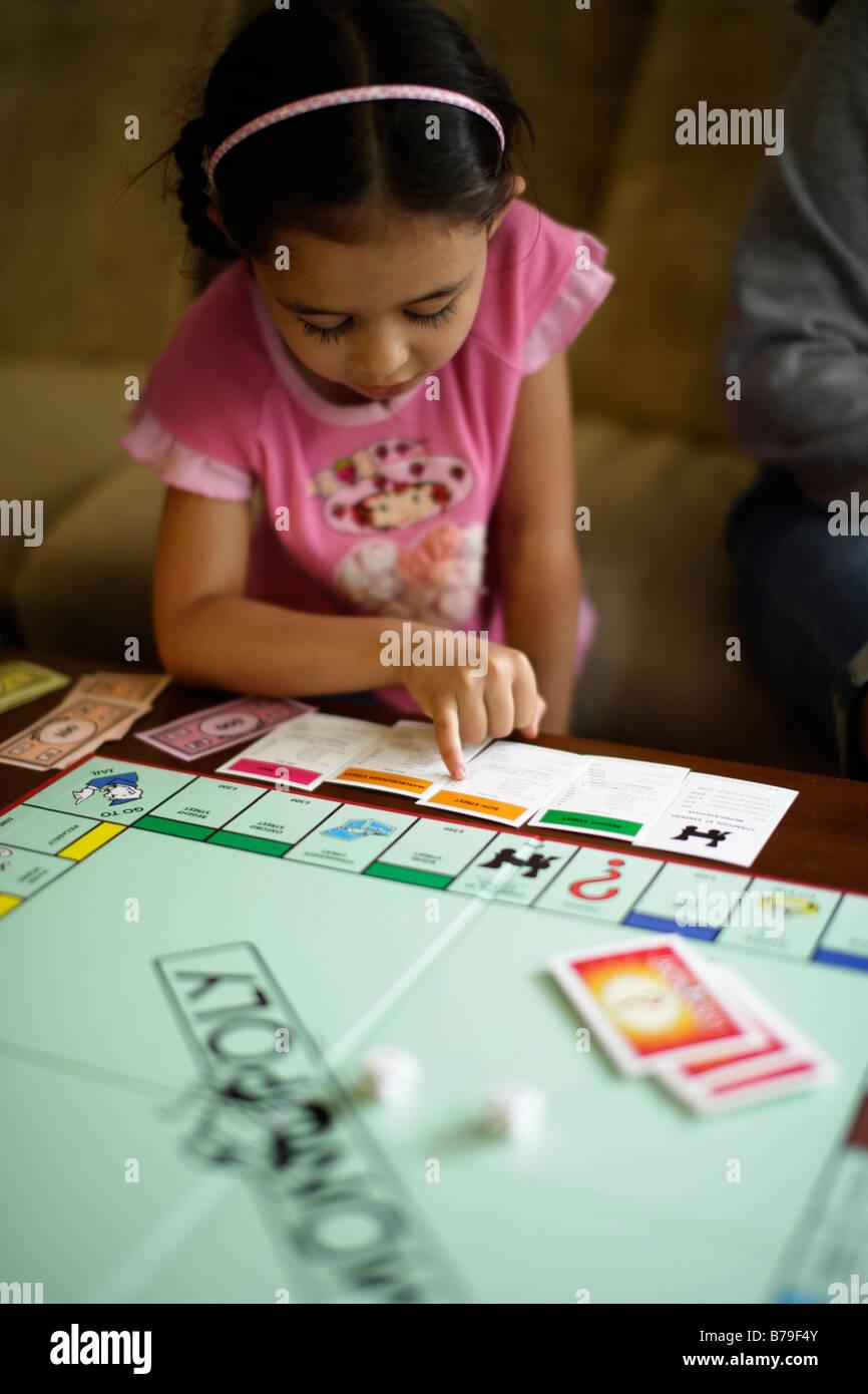 Enfants jouant monopole UK version Banque D'Images