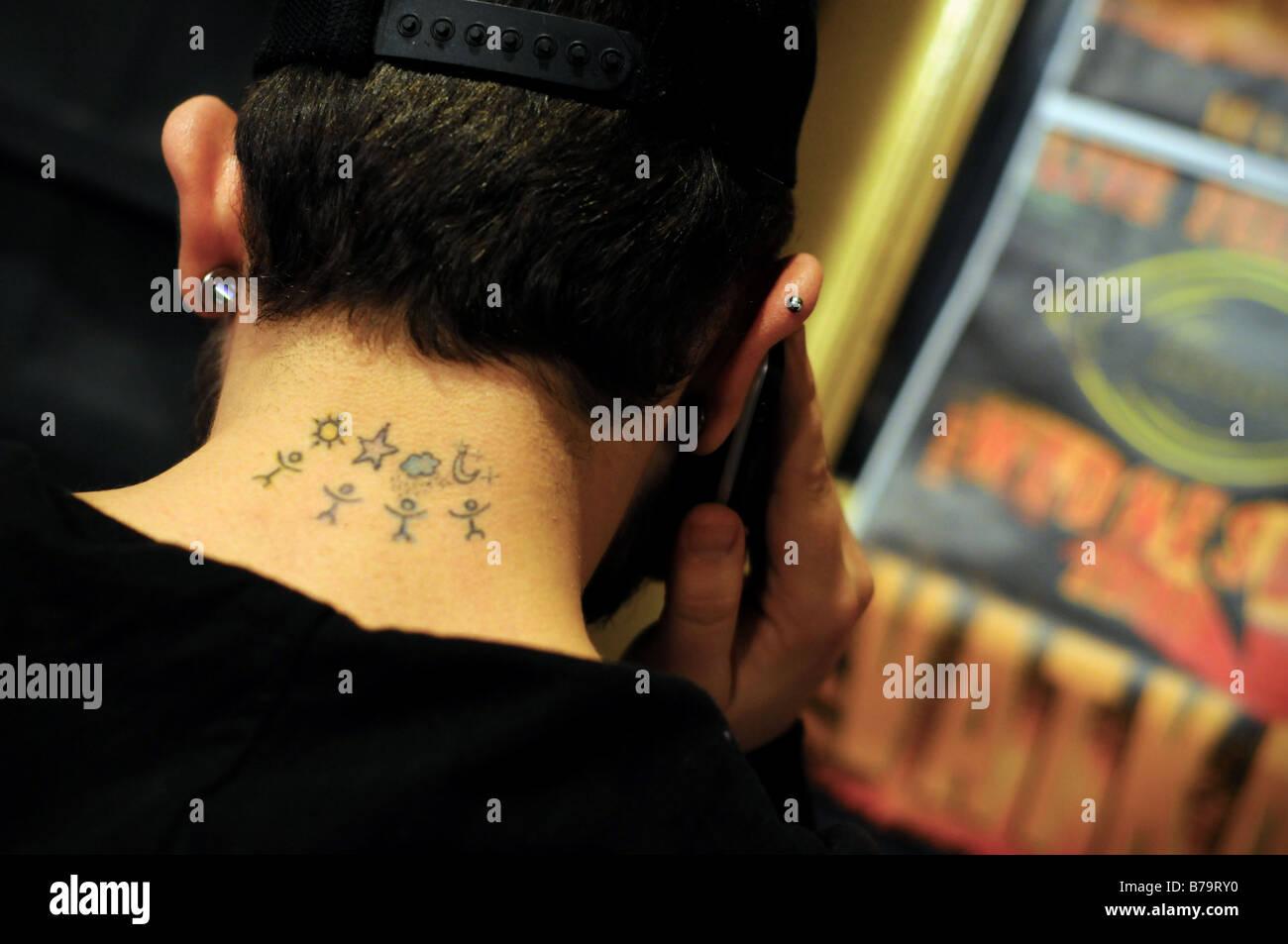 Un Tatouage Sur Le Cou D Un Jeune Homme Turc De Tunel Istanbul