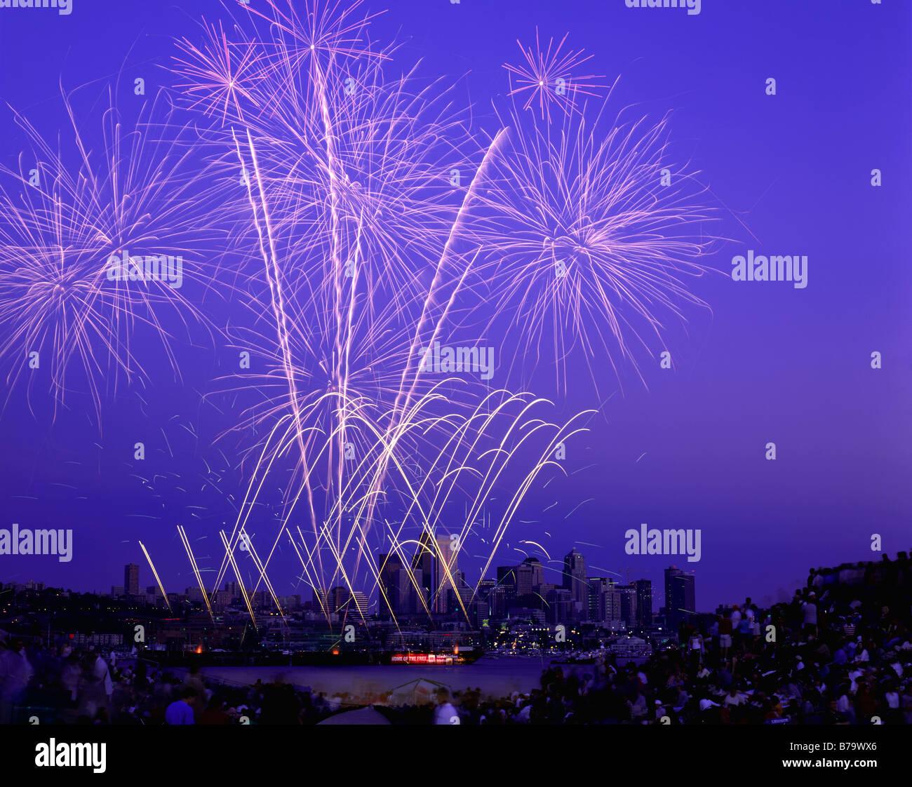 WASHINGTON - Quatrième de juillet d'artifice sur le lac Union au centre-ville de Seattle. Banque D'Images