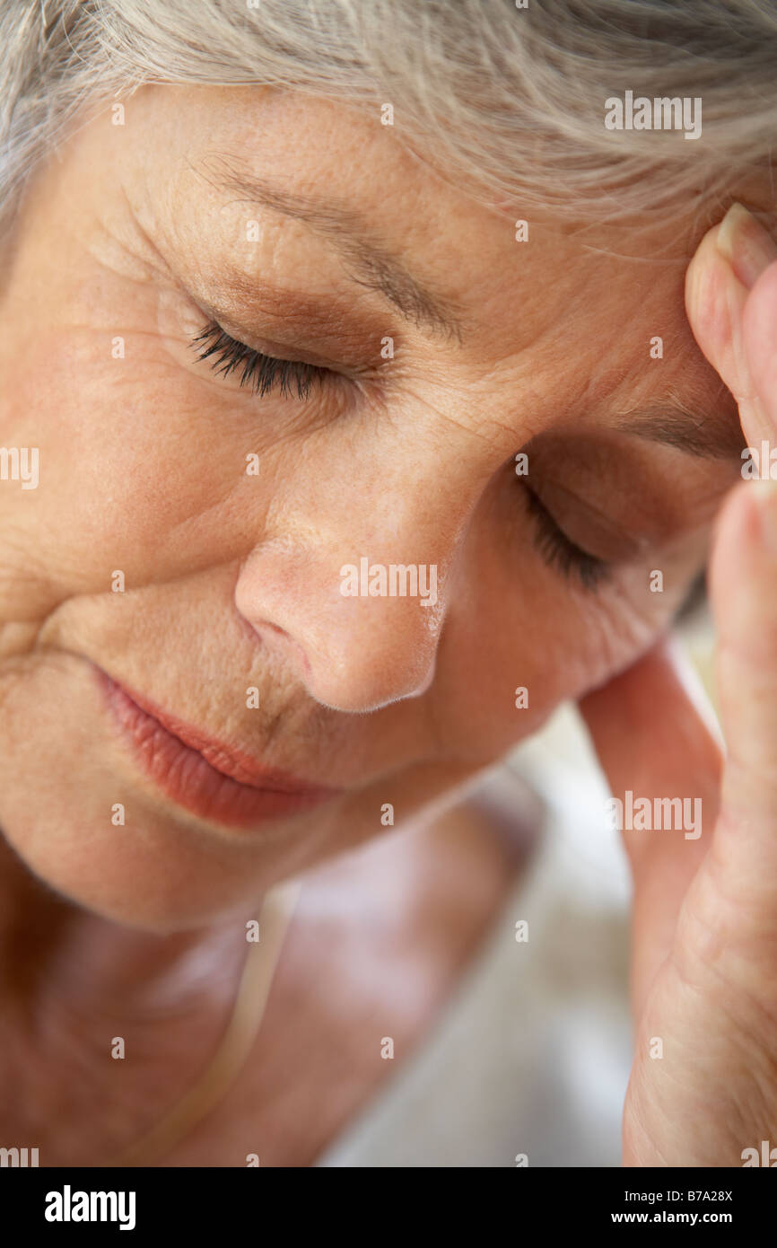 Senior Woman with Head In Hands à Las Photo Stock