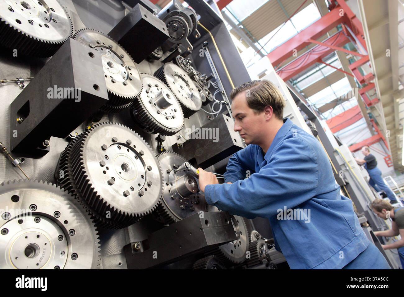 Serrant la main de pignons d'un vérin d'une impression offset du tambour de la machine d'impression, de la fabrication, Banque D'Images