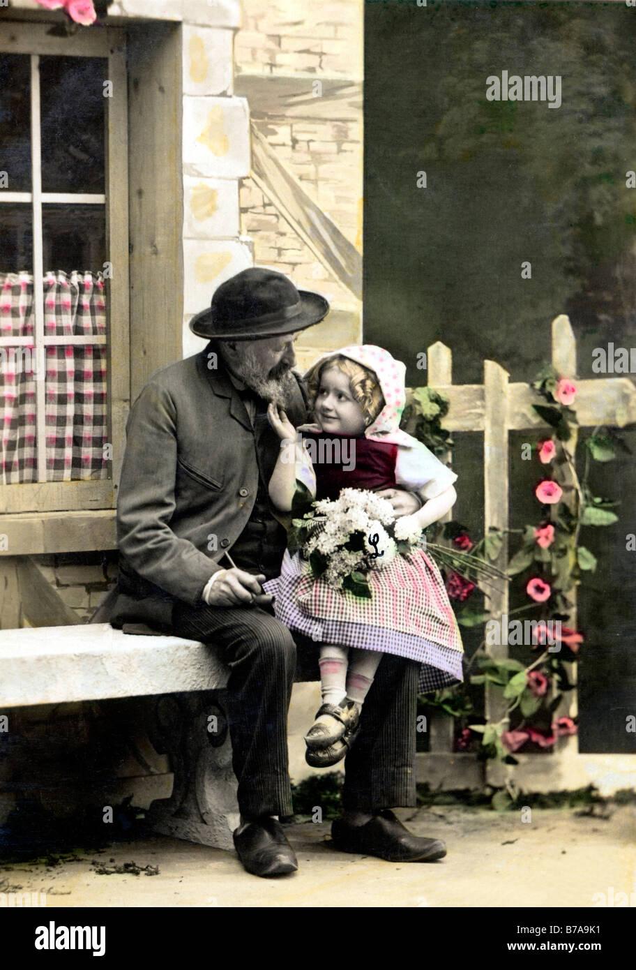 Photo historique, grand-père avec ses petits-enfants en costume traditionnel, ca. 1920 Photo Stock