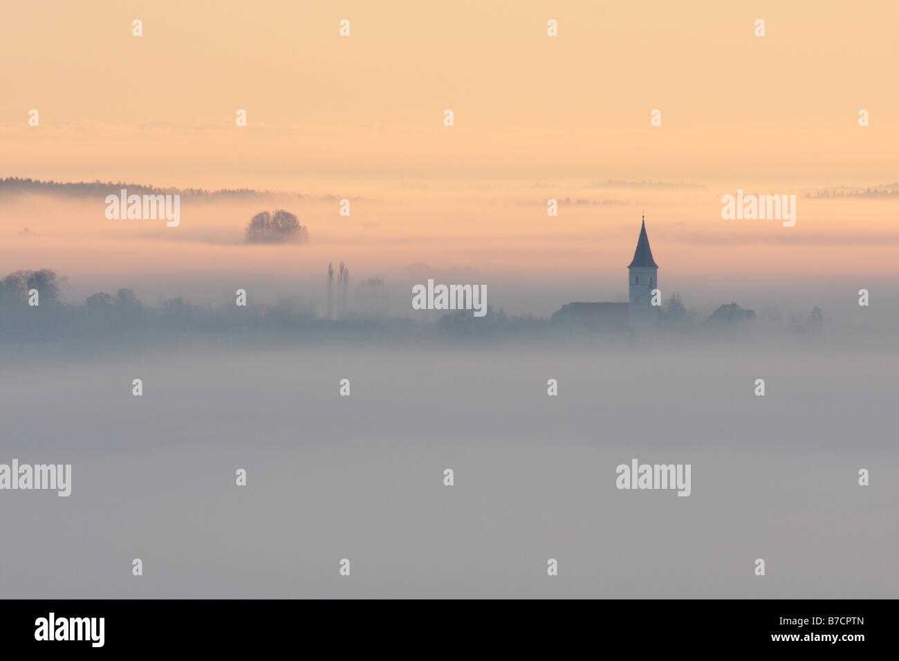 Brouillard au sol dans une vallée avec une agrafe, Allemagne, Bavière, Isental Photo Stock