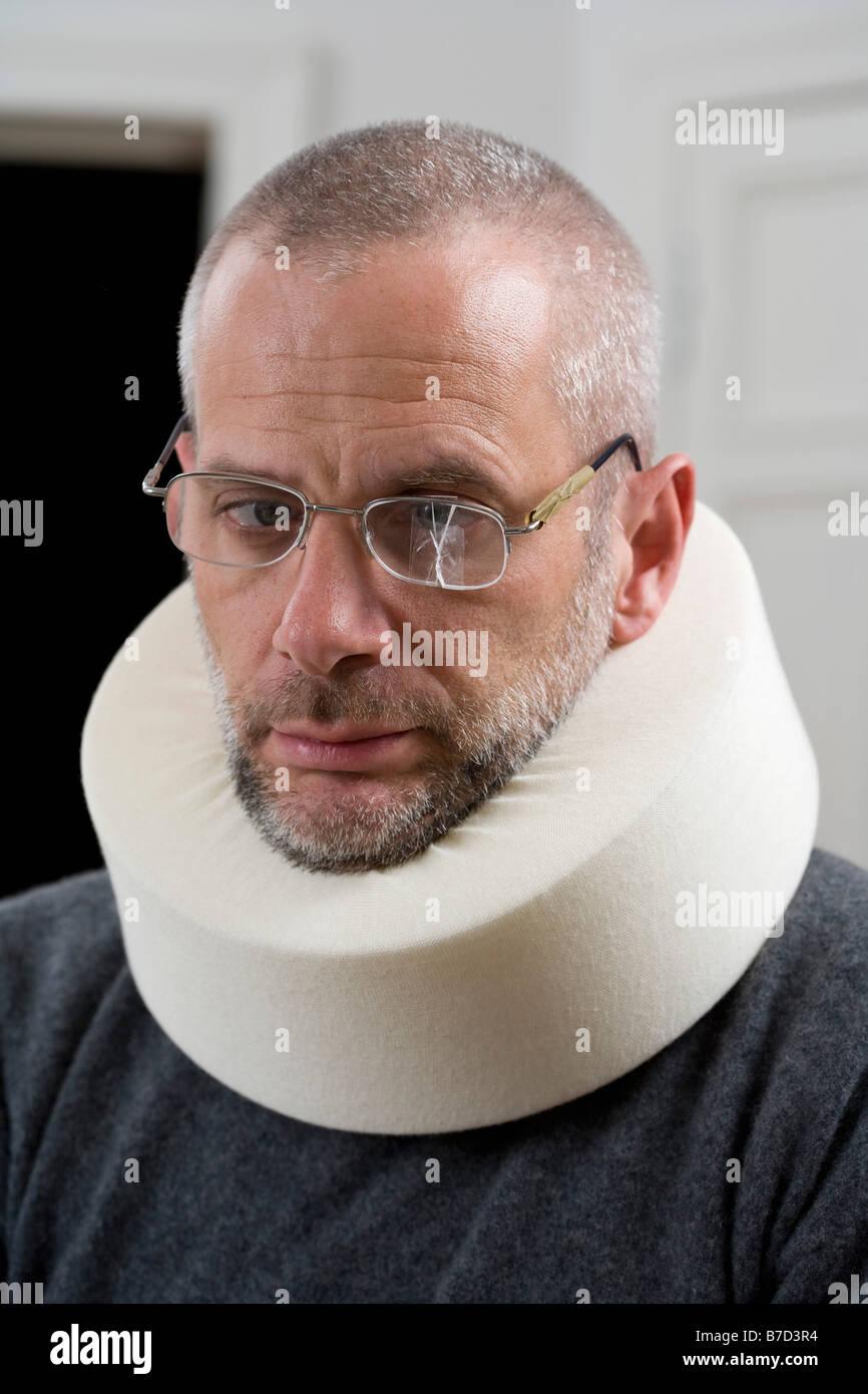 Un homme portant un collier cervical et verres fissurés Banque D'Images
