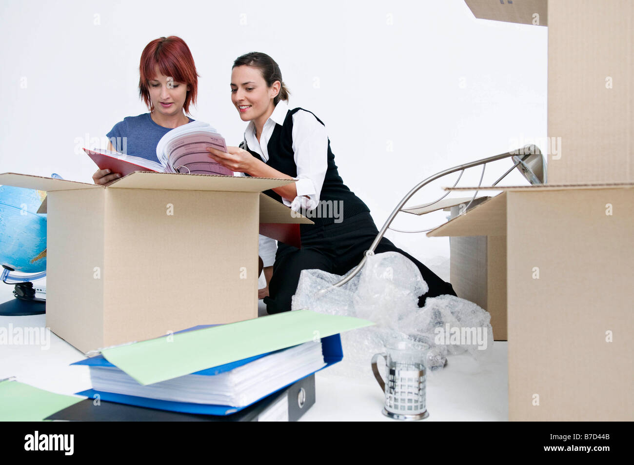 Des collègues de déballer les boîtes bureau Photo Stock