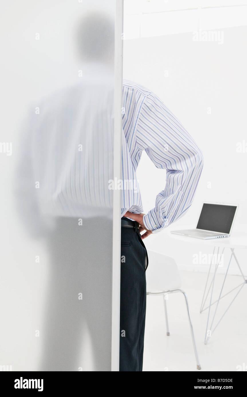 Un homme d'affaires regardant son ordinateur portable Banque D'Images