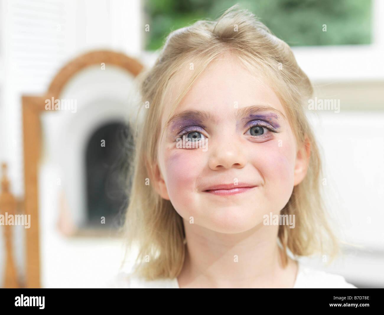 Après avoir fait sa propre fille make-up Photo Stock