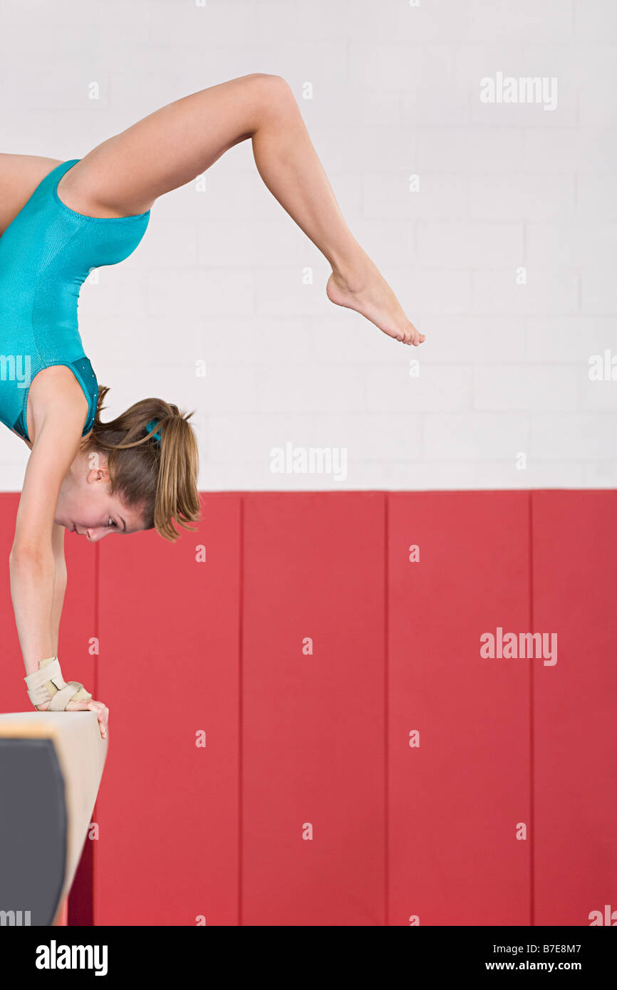 Gymnaste sur une balance Photo Stock
