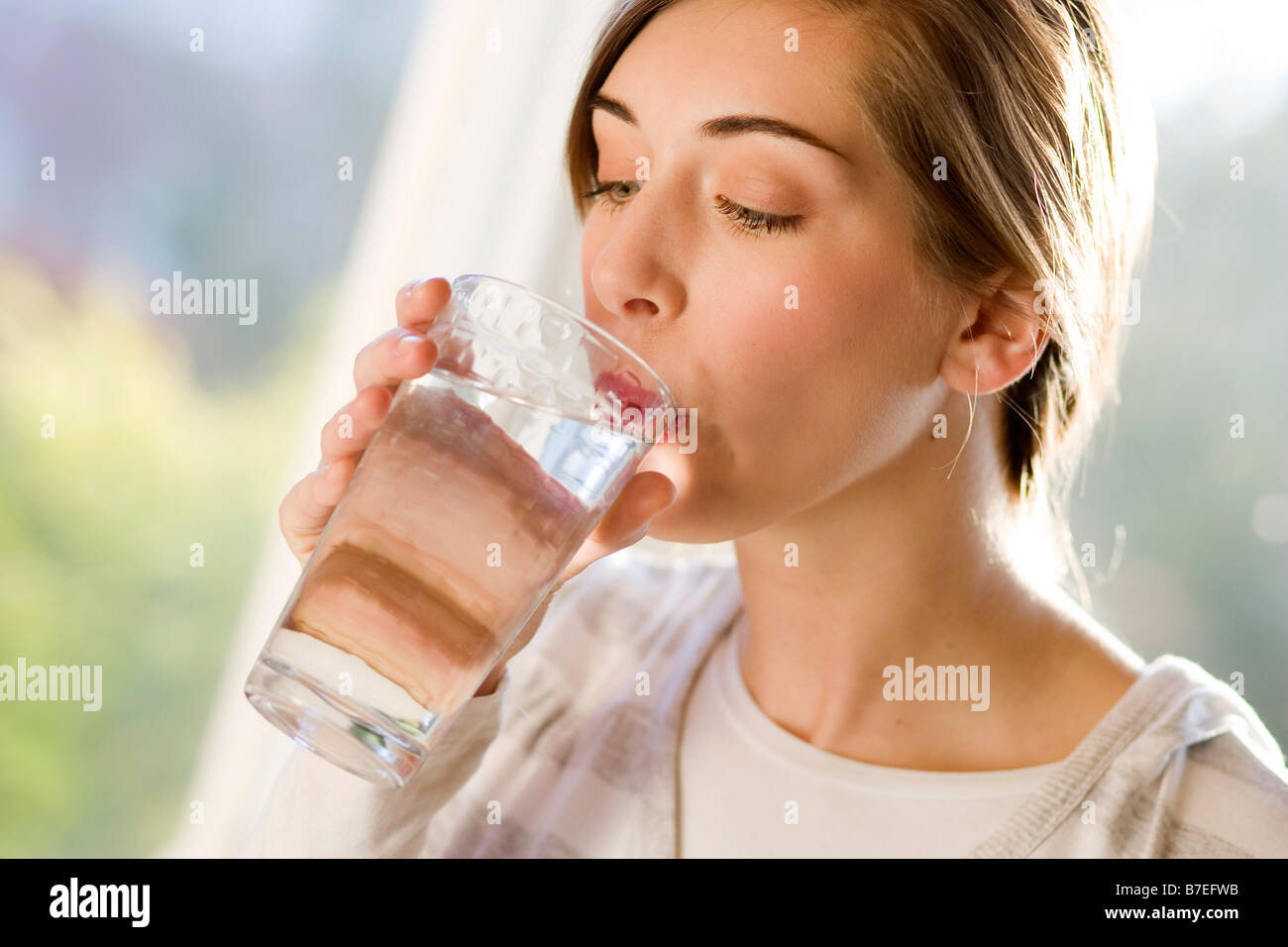 Girl drinking glass of water Banque D'Images