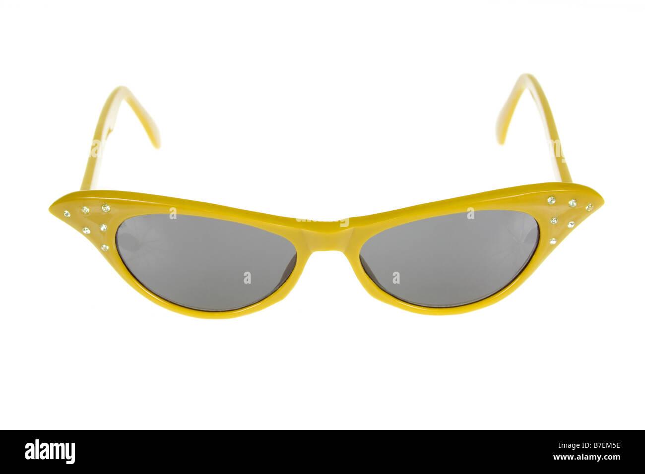 1950 American Retro lunettes de soleil femme sur un fond blanc, pur. Photo Stock