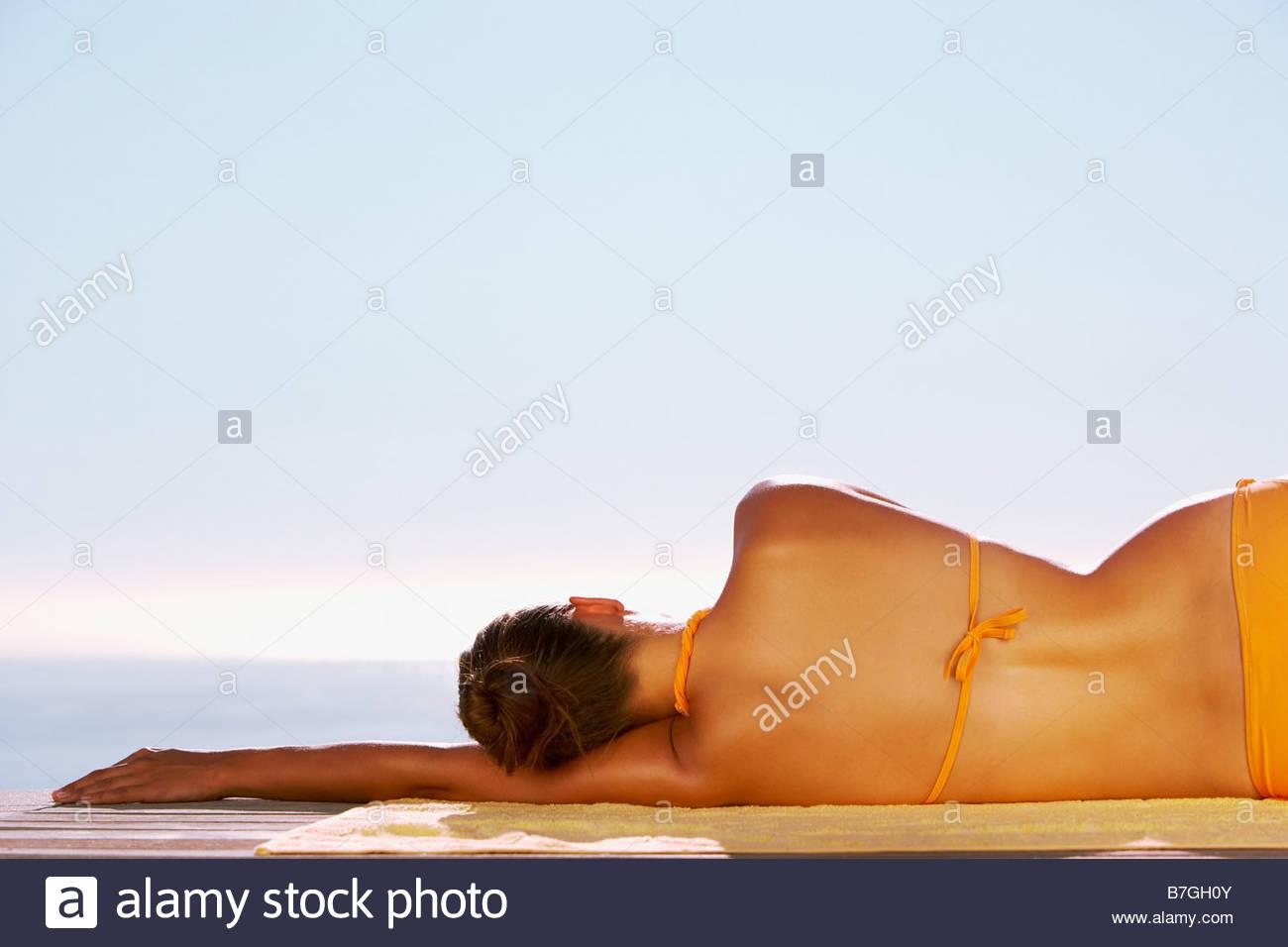 '20 à 25 ans,20s,adultes,seulement,Serviette de plage beauté dans la Nature,derrière,Bikini,Image,couleur,confortable Photo Stock