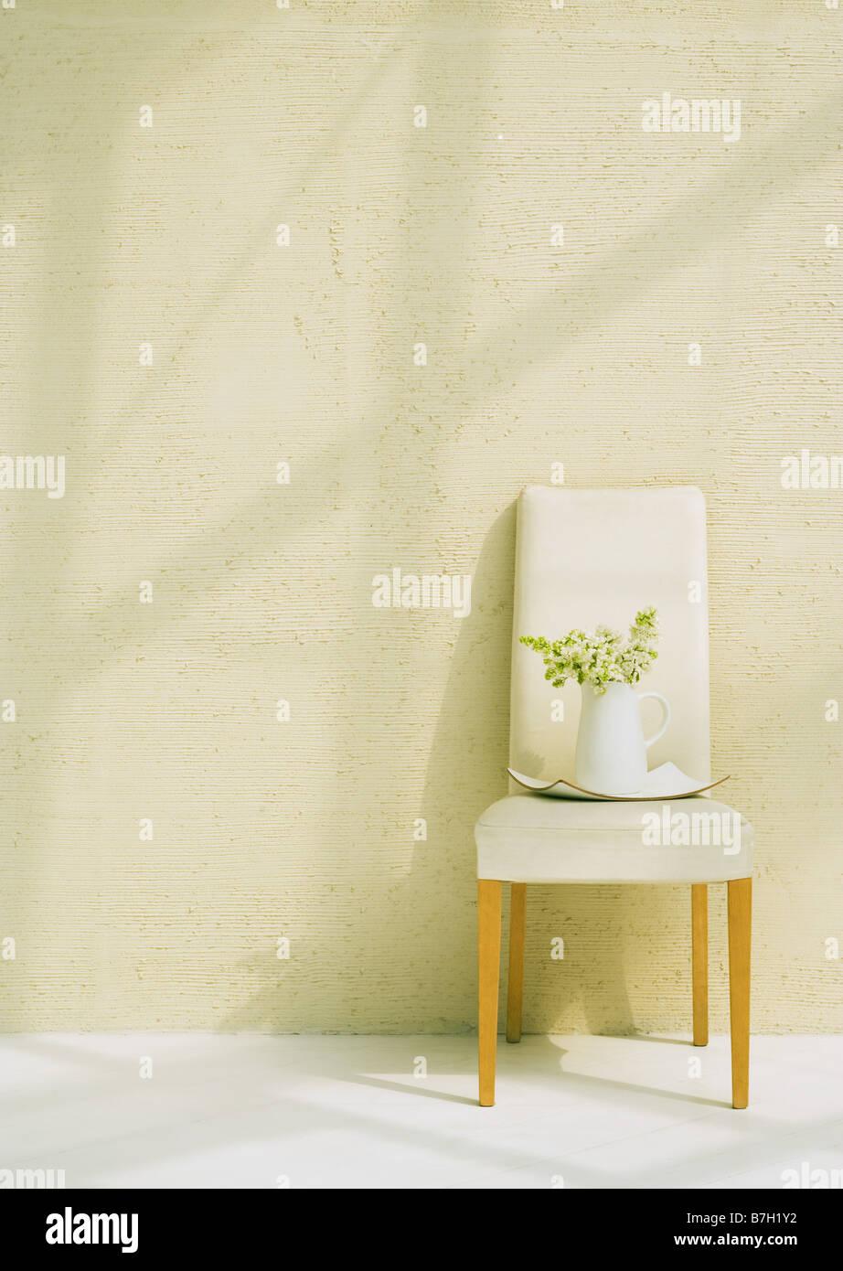 Le lilas blanc en Chine pot on chair Photo Stock