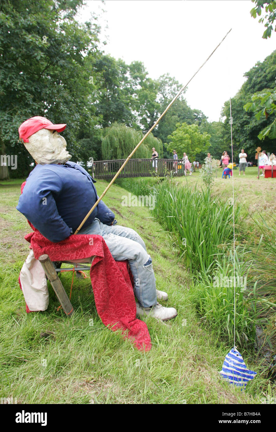 MUSTON BECK ANGLING COMPETITIO MUSTON VILLAGE YORKSHIRE ANGLETERRE MUSTON SCARECROW FESTIVAL 2008 27 juillet 2008 Photo Stock