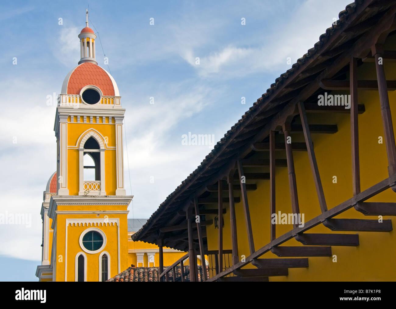 L'architecture coloniale Granada la cathédrale clocher et façade de l'hôtel La Gran Francia Photo Stock
