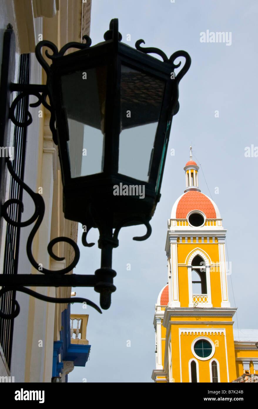 L'architecture coloniale, la Cathédrale de Grenade le clocher et l'hôtel La Gran Francia lamp Photo Stock