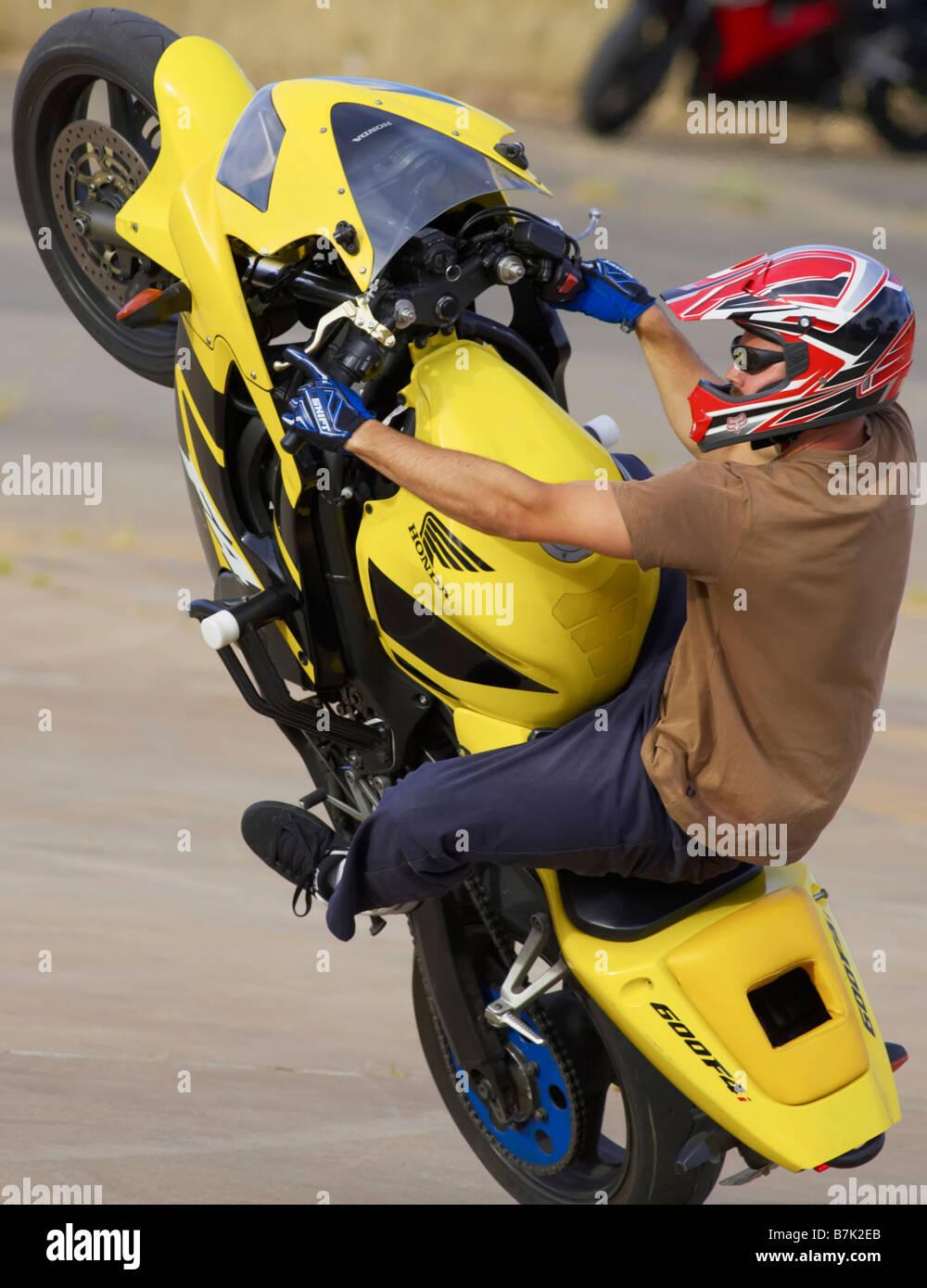 Stunt rider mono wheelie motor bike action verticale cycle Banque D'Images