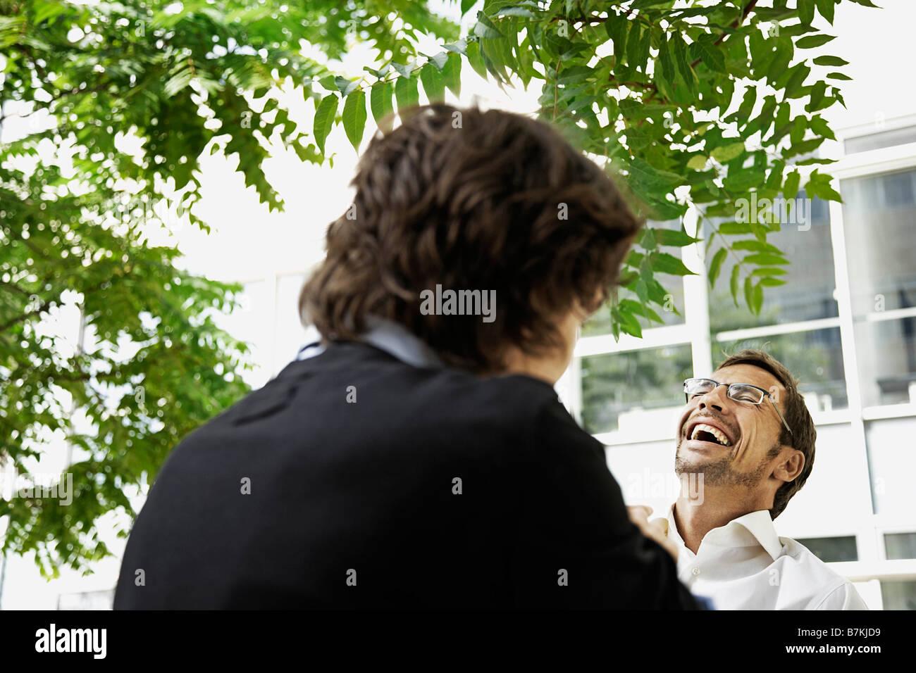 Les hommes ayant un rire, à l'extérieur Photo Stock