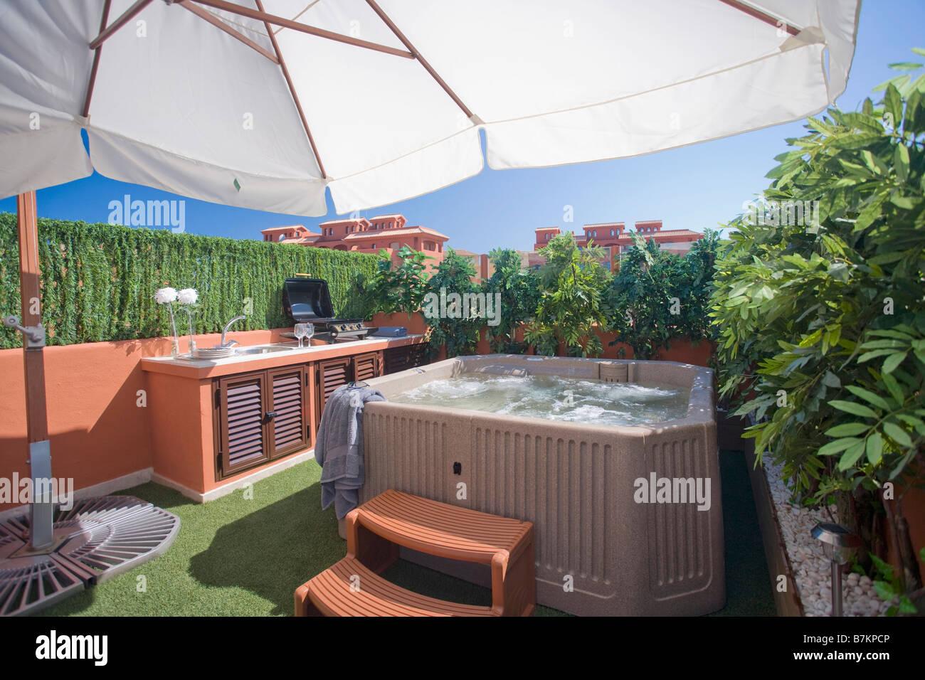 Jacuzzi Et Clippee Sur Couverture Toit Terrasse Avec Parapluie Blanc