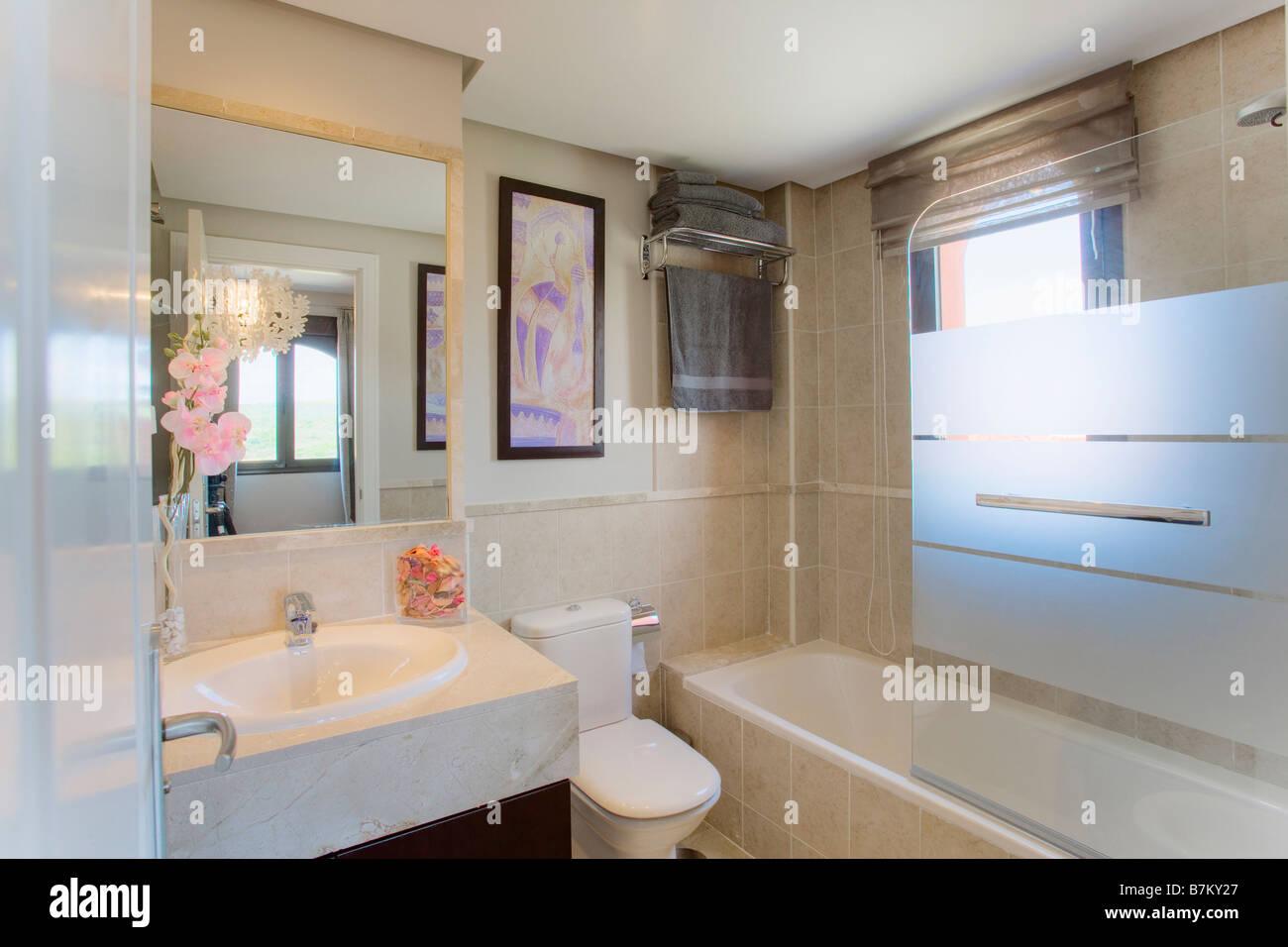Petite salle de bains moderne avec lavabo et miroir au ...