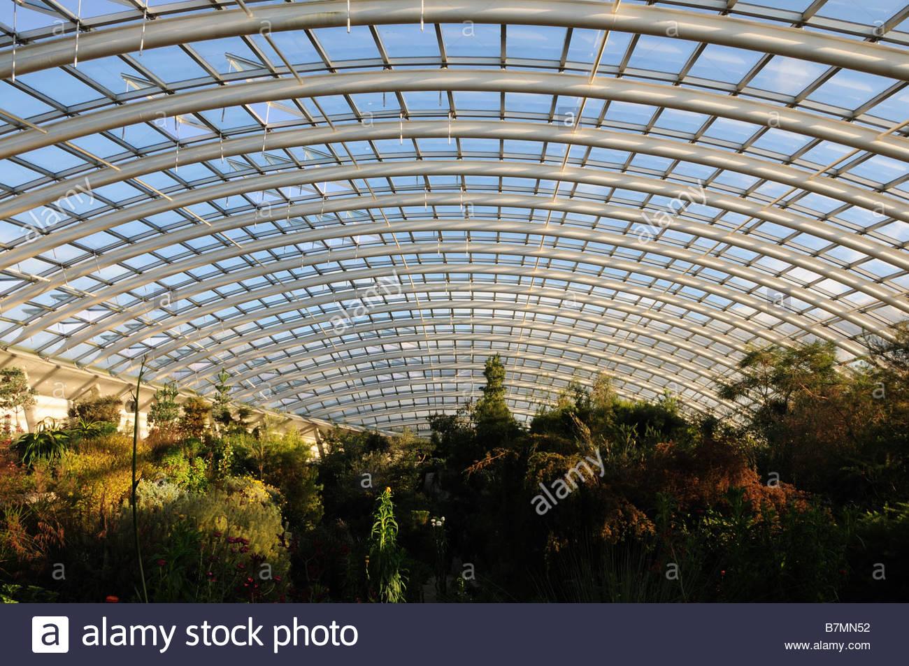 Intérieur de la grande serre du Jardin Botanique National du Pays de ...