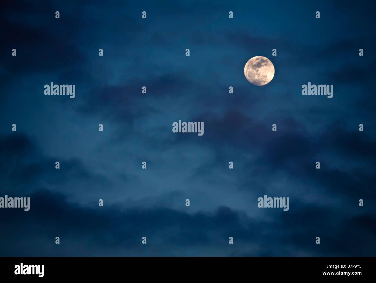 Vu la lune à travers les nuages Photo Stock