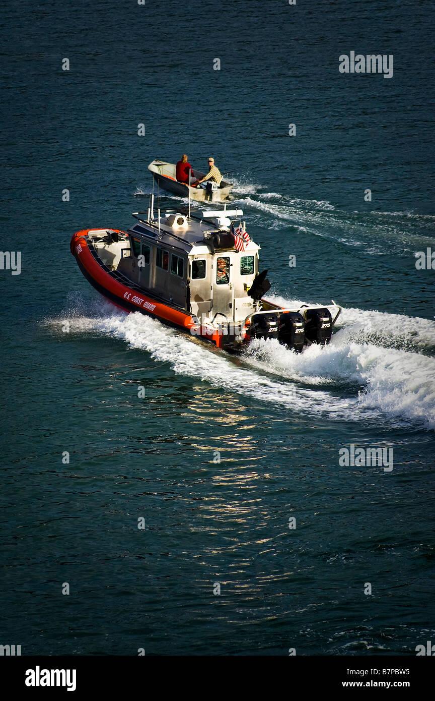 dd57fcb625d Un petit bateau est intercepté par la Garde côtière nous côte. Photo Stock