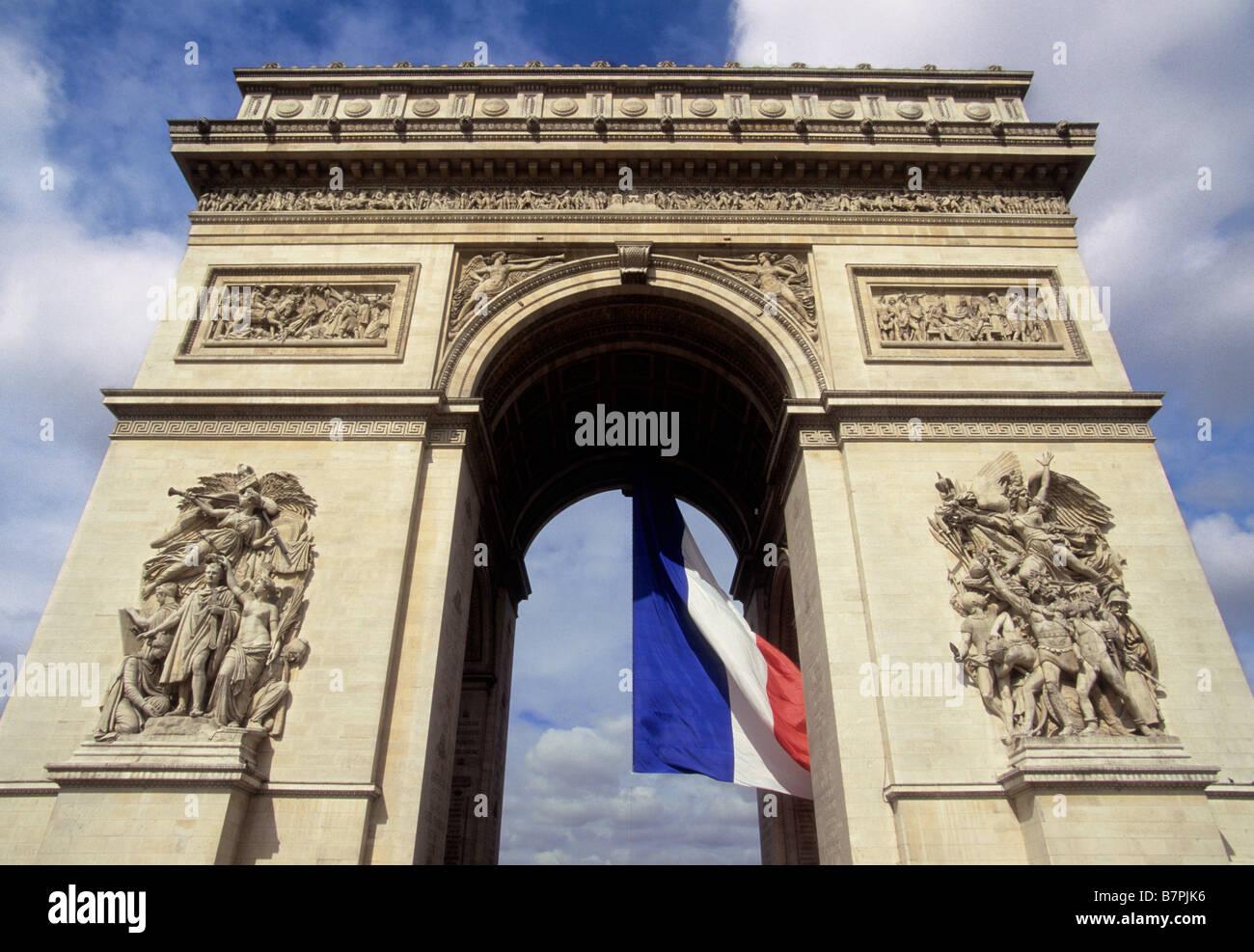 France Paris Arc de Triomphe Place Charles de Gaulle Rond Point des Champs Elysées battant pavillon français Photo Stock