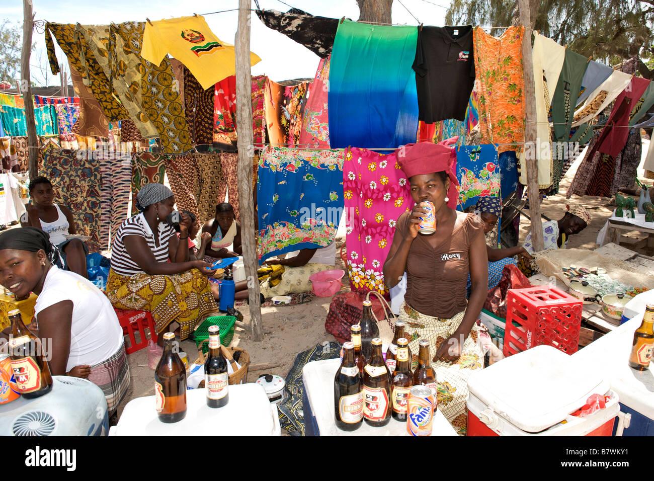 Femme vendant des boissons et des vêtements sur le bord de la rue, dans le sud du Mozambique Tofo. Photo Stock