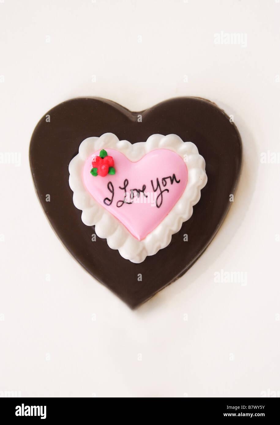 Chocolat saint valentin coeur sur un fond blanc. Photo Stock