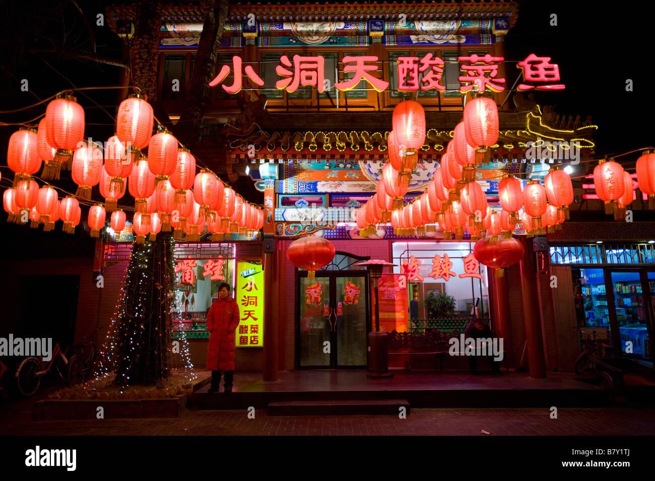 De nombreuses enseignes au néon et des lampions rouges la nuit hors restaurants sur la rue 'Ghost' Photo Stock