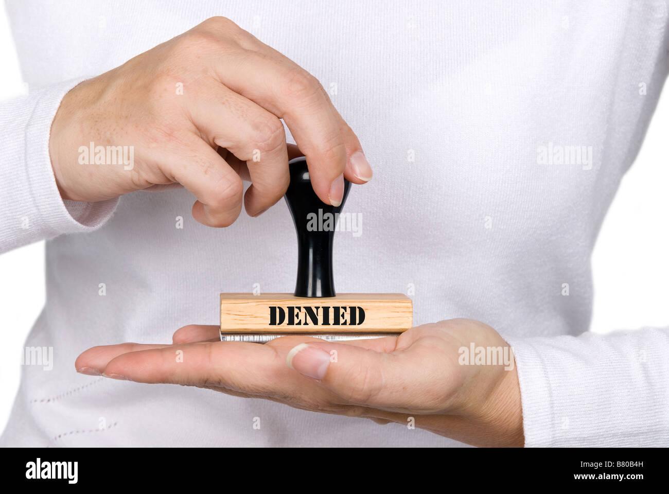 Une femme tenant une autorisation refusée stamp Photo Stock