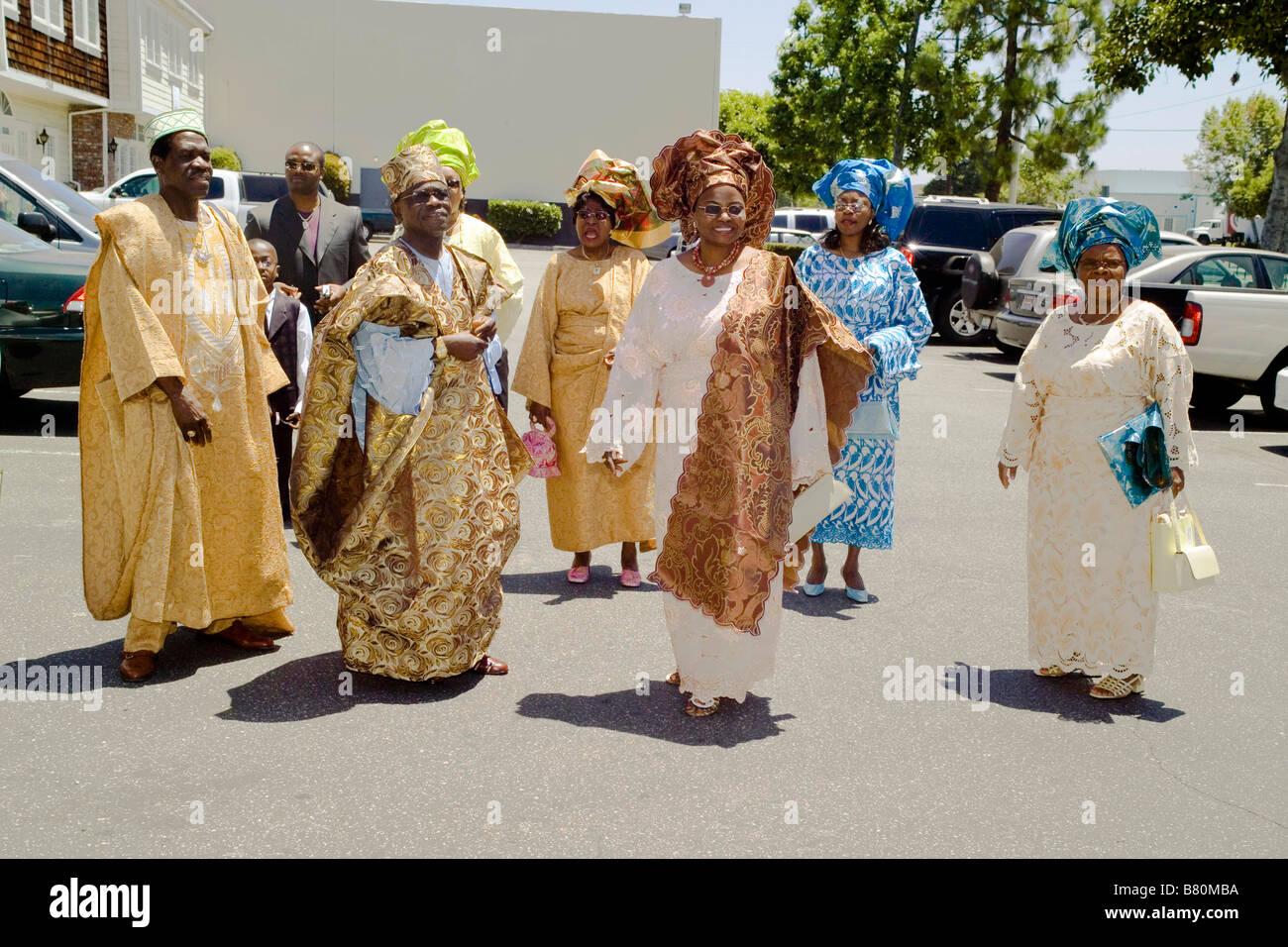 Vêtus de robes de cérémonie la de la tribu Yoruba du Nigéria les clients  arrivent à une race mixte mariage à Santa Ana California USA