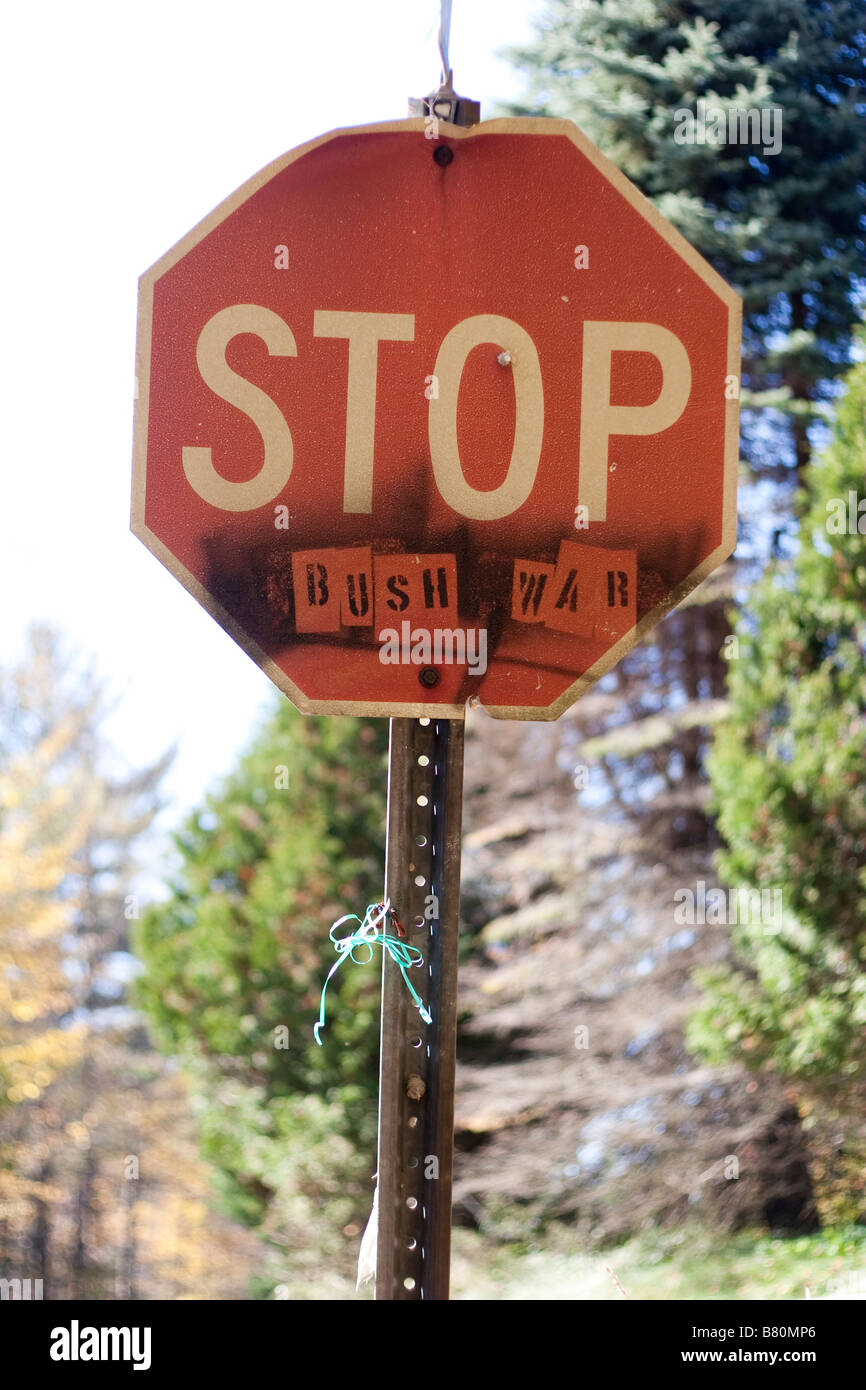 Un stopsign indiquant ARRÊTER LA GUERRE BUSH 8 octobre 2008 Rural Vermont USA Photo Stock