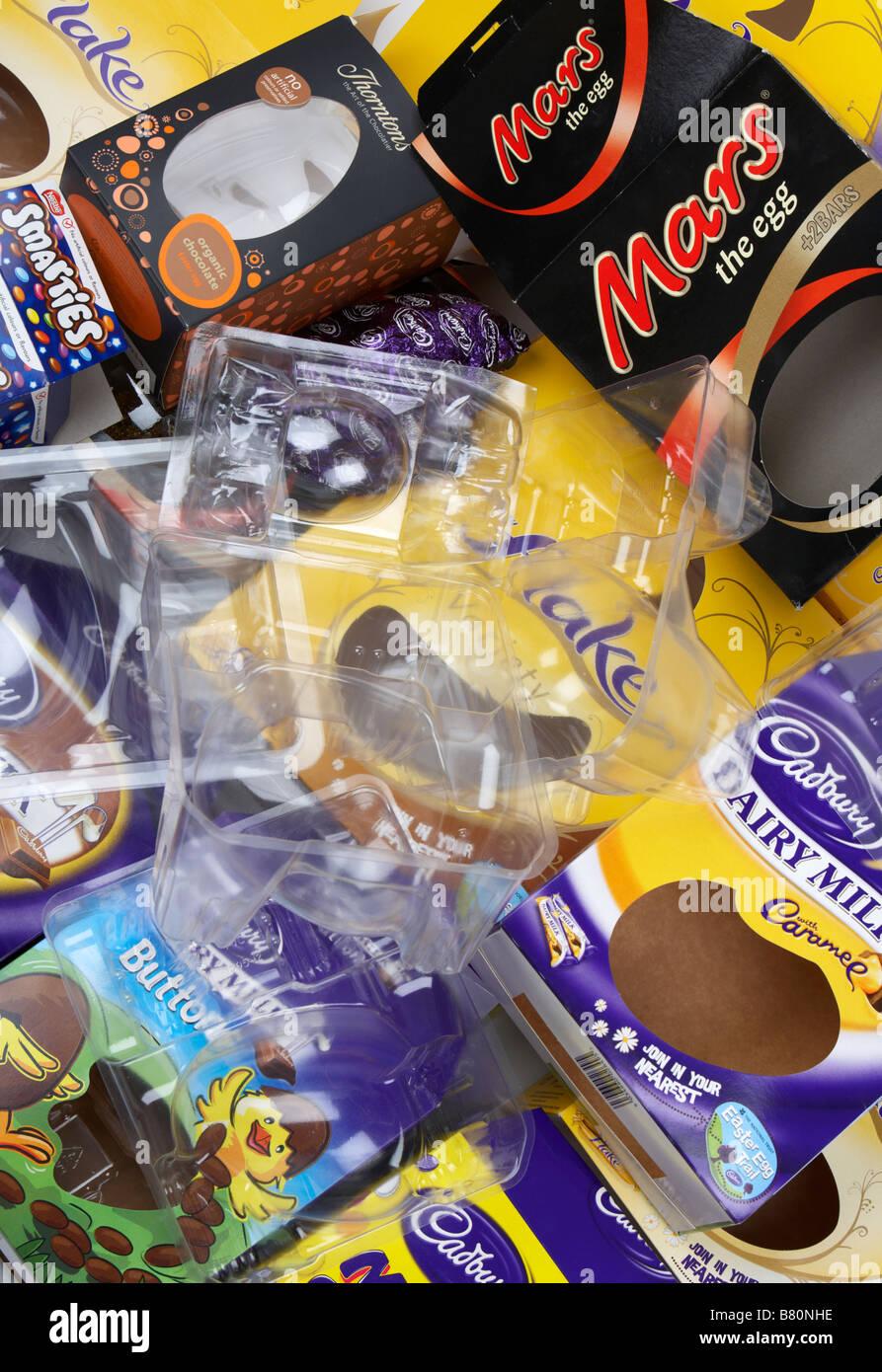 Pile de boîtes d'oeufs de pâques vide divers emballages et cartons de constructeurs britanniques Banque D'Images