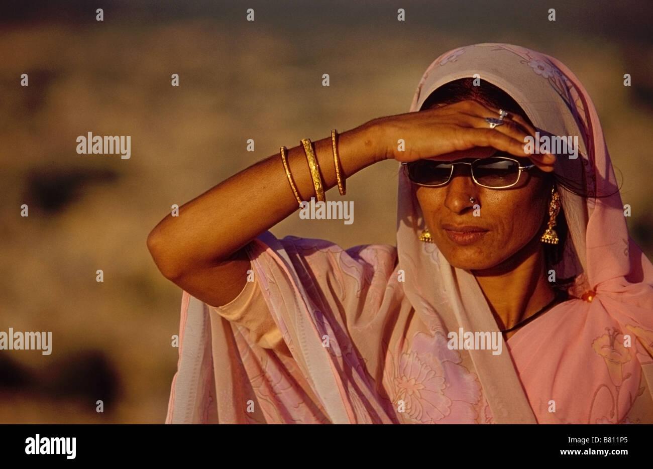Portrait d une femme indienne moderne avec des lunettes de soleil les yeux  dans le désert du Thar aux murs de Jaisalmer Fort. 30420ee84d78