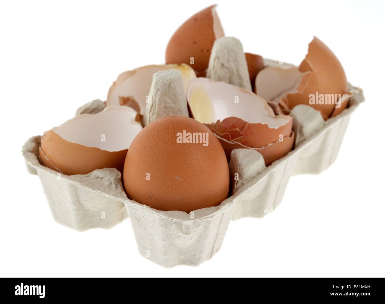Seul l'œuf intact dans un carton avec des oeufs cassés Photo Stock