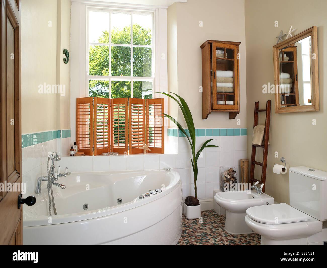 Salle de bains avec baignoire d\'angle blanc Banque D\'Images ...