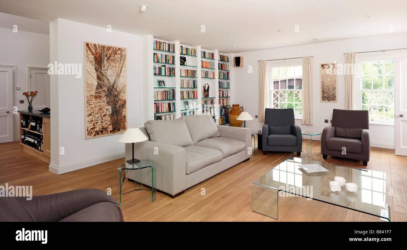 Salon Moderne Avec Des Canapes Et Neutre Grand Mur