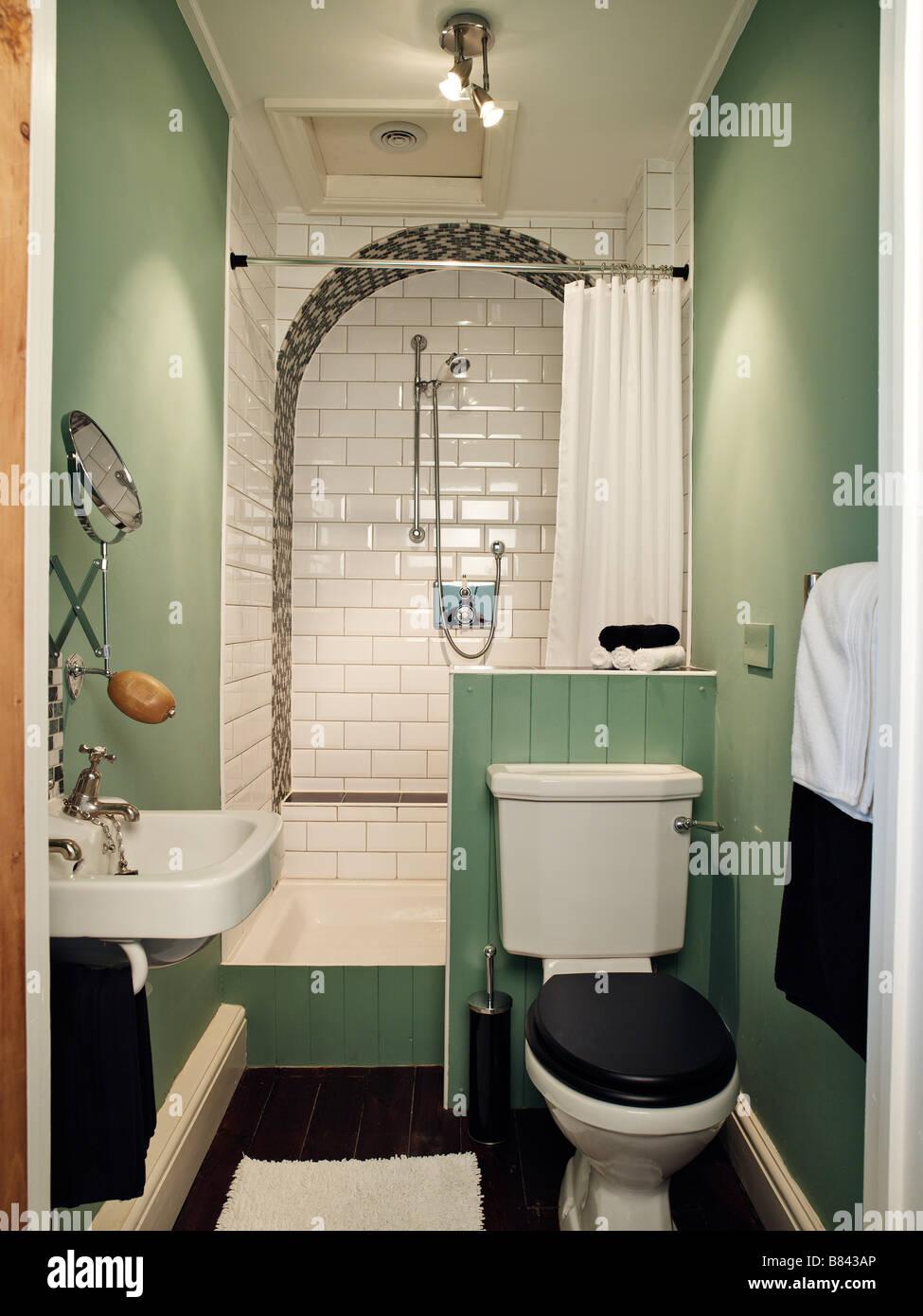 Petite salle de bains avec douche wc et lavabo Banque D ...