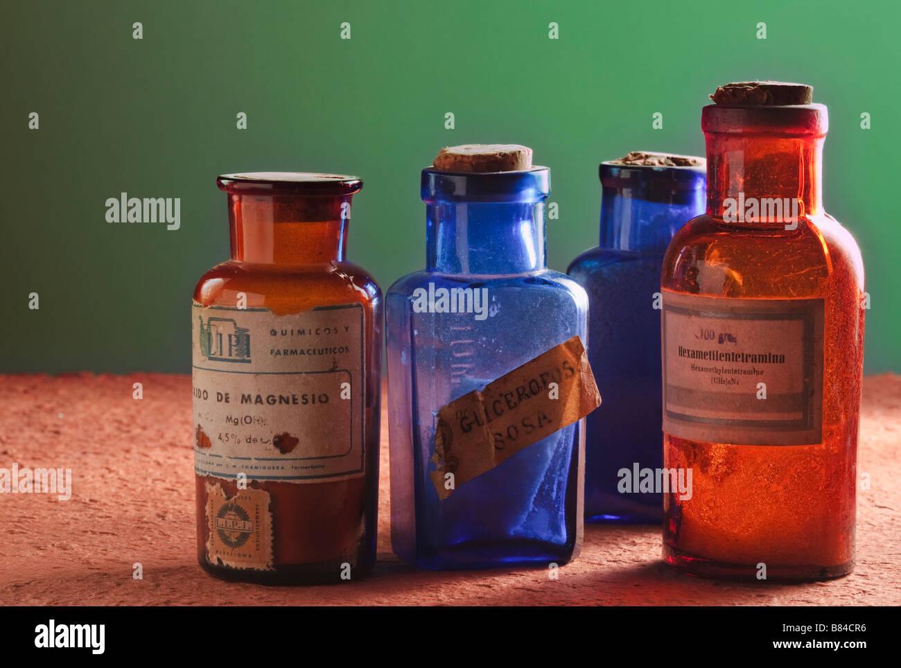 Quatre vieux flacons pharmaceutiques avec des étiquettes en langue espagnole Photo Stock