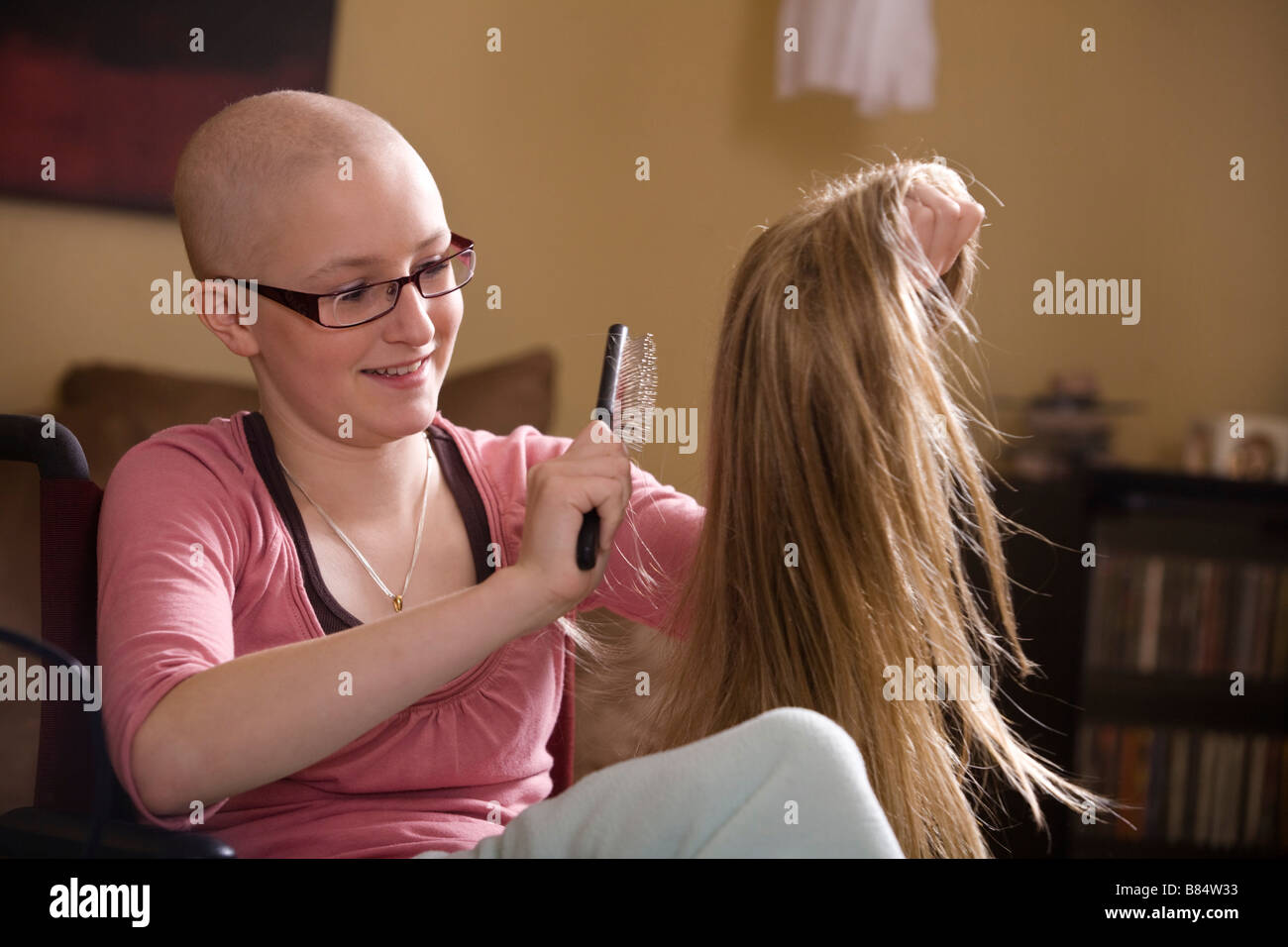 Girl brushing perruque Photo Stock