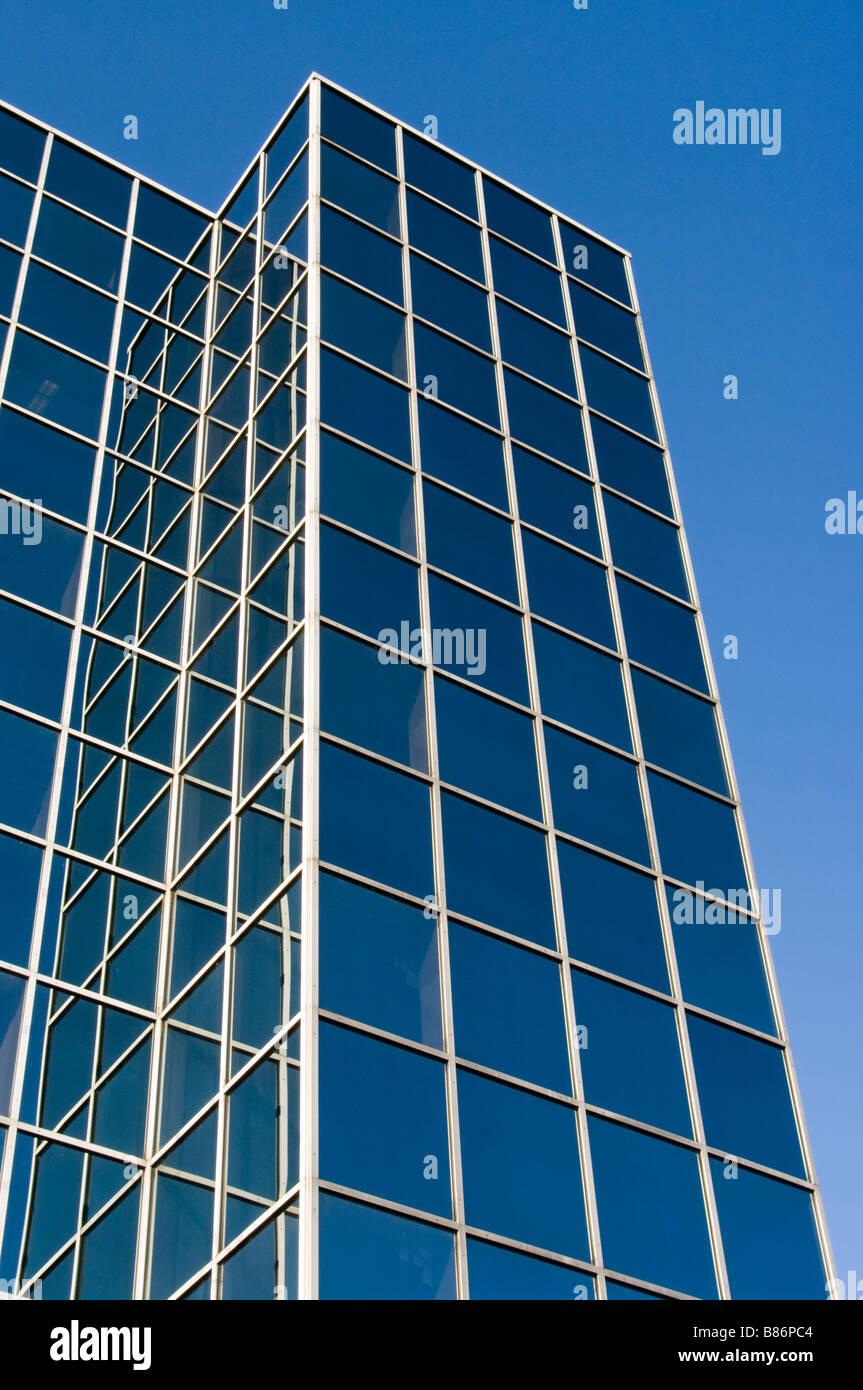 Fenêtre en verre d'une façade de l'édifice Windows bureau Bureaux Tour against a blue sky Photo Stock