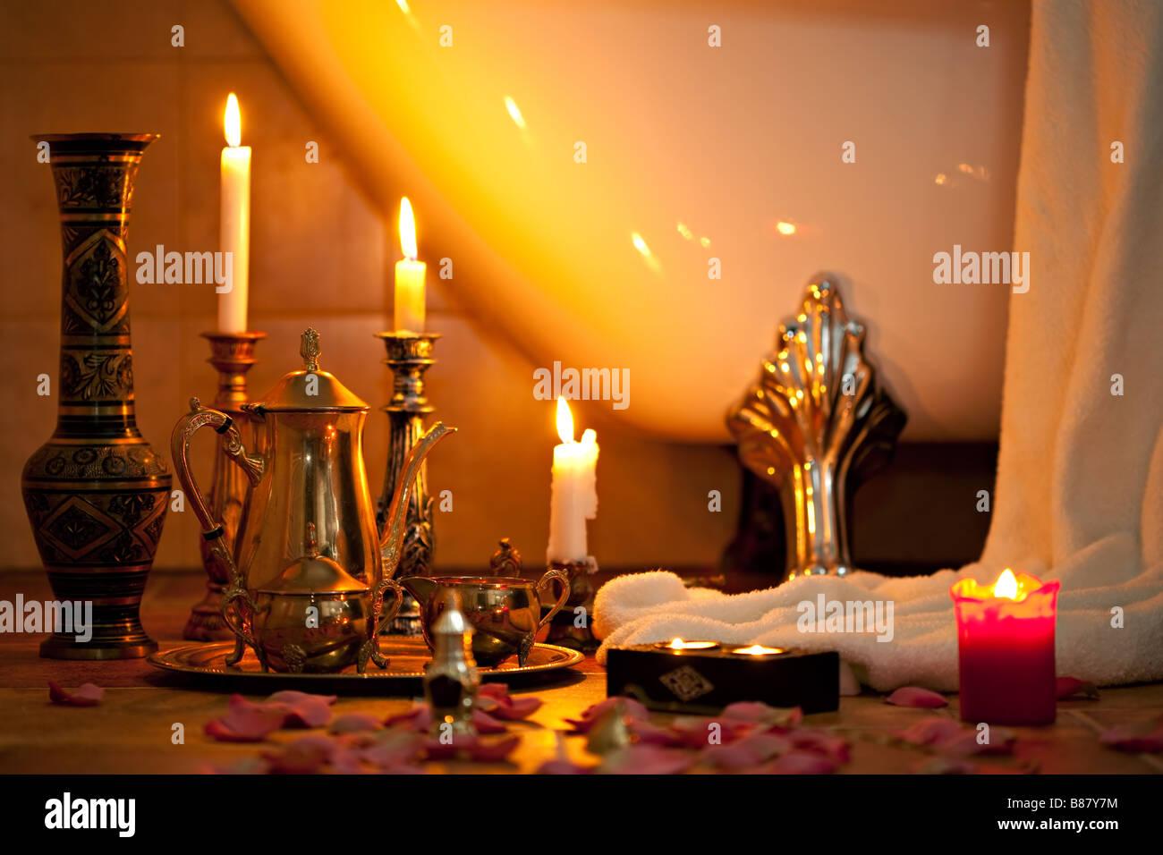 La vie toujours avec des bougies dans la salle de bains rétro Photo Stock