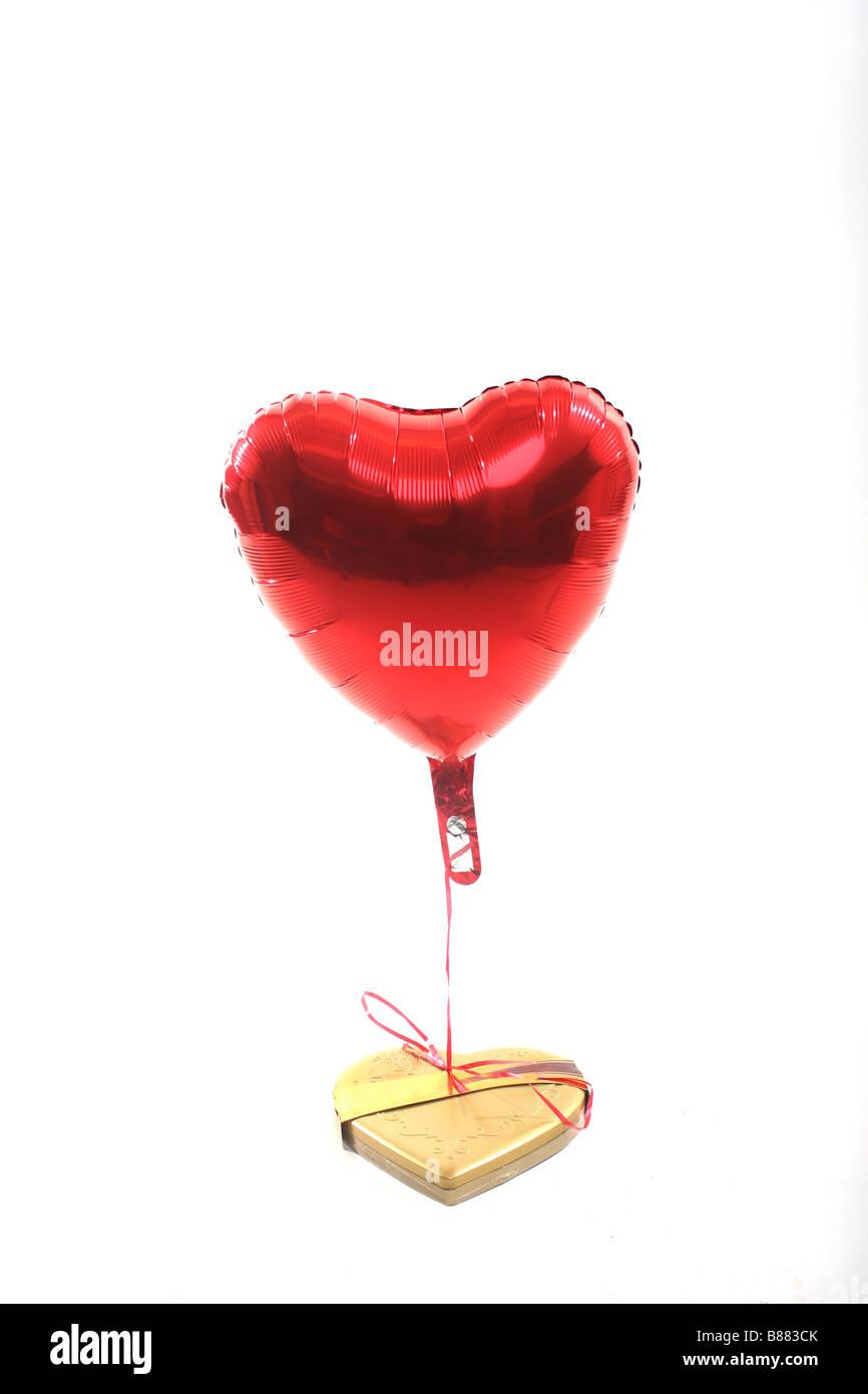 Les bonbons et les cadeaux saint valentin ballon coupe Photo Stock