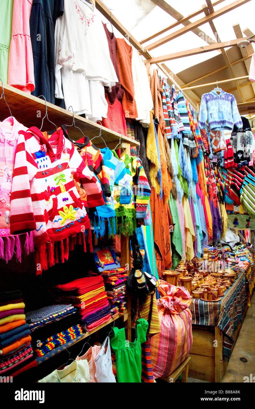 Une affiche du marché des vêtements de couleurs et de tailles différentes photos prises à Antigua Photo Stock