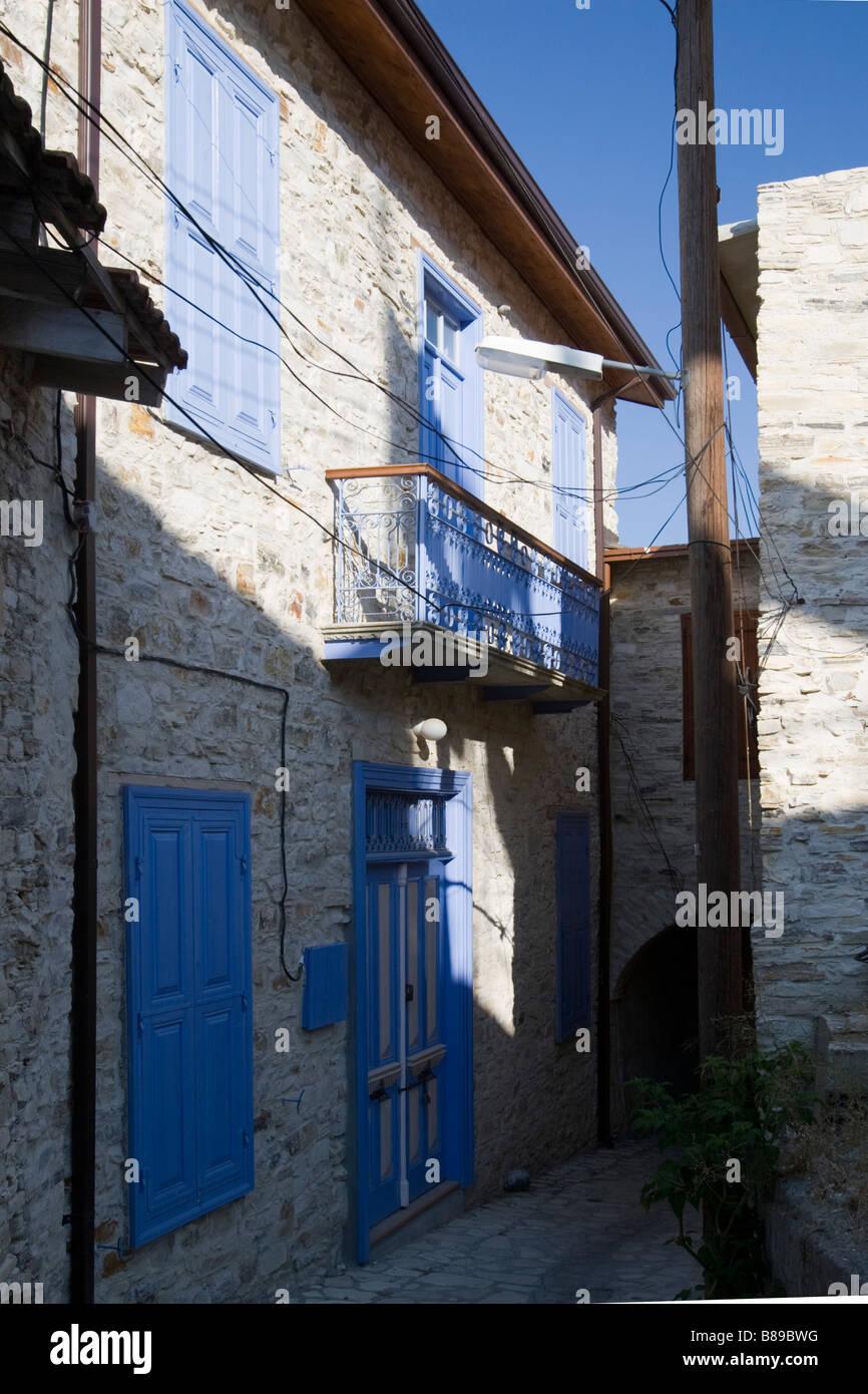 Maison aux volets bleus fermé à Lefkara, sud de Chypre Banque D'Images