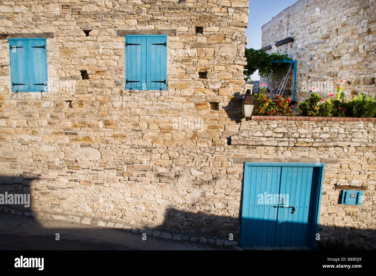 Maison aux volets bleus fermé et grande terrasse jardin à Lefkara, sud de Chypre Banque D'Images