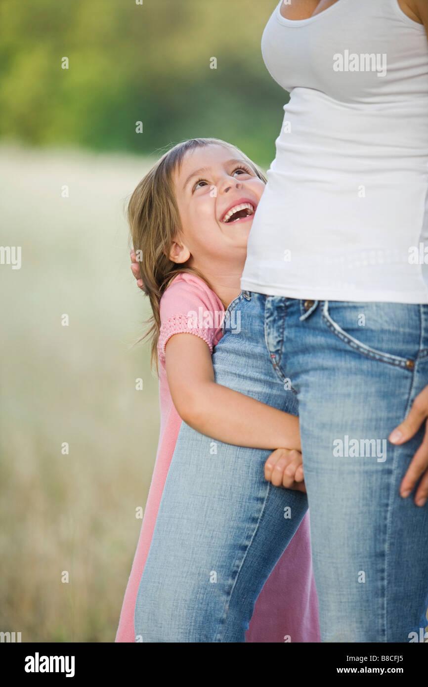 Petite fille dans un champ avec sa mère Photo Stock