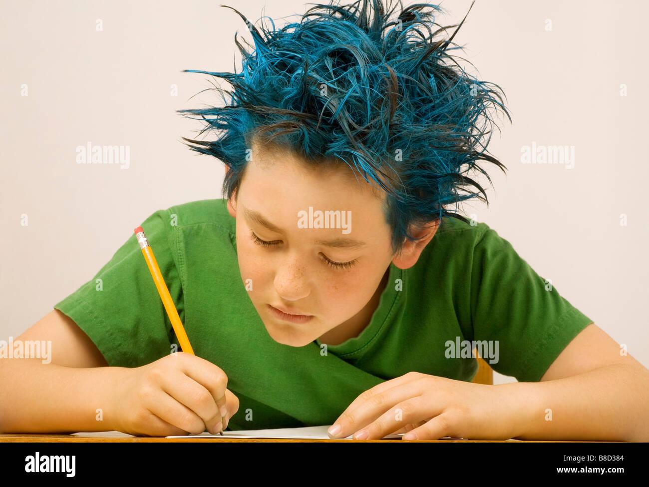 Garçon aux cheveux hérissés écrit bleu Photo Stock
